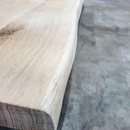 Detail Platte Chalet B. Die natürliche Baumkante an einer massiven Tischplatte aus Eiche bringt eine natürliche Eleganz in jedes Interieur_