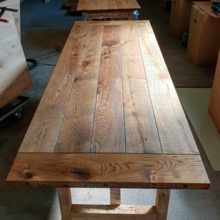 Loft K Castle Brown geölt. Eine einzigartige Tischplatte. Die Außergewönlichkeit der Anordnung der Bohlen wird durch die Fasen von Bohle zu Bohle unterstrichen_1080