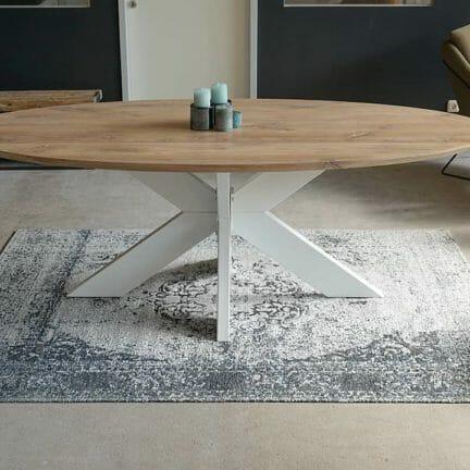 Oval S white 5% Grazil und leicht trotz der großen Nutzfläche. Ovale Tische bringen einen ganz eigenen Charakter in den Essbereich