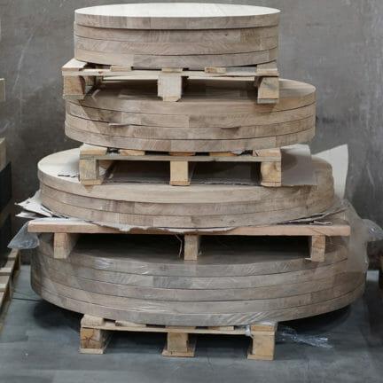 Rund G Wir bevorraten ständig mehrere hundert massive Tischplatten aus Eiche in den verschiedensten Abmessungen. Wählen Sie selber aus unserem Vorrat aus_