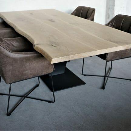 Tischplatte Chalet E mit Invisible Lasur. Nicht nur aus dre breiten Eichenbohlen bestehend, sonder diese noch dem natürlichem Verlauf nach verleimt